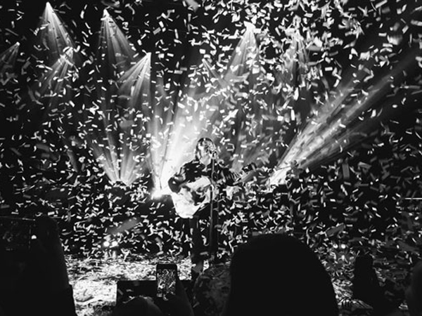 Lewis Capaldi using confetti during his gig